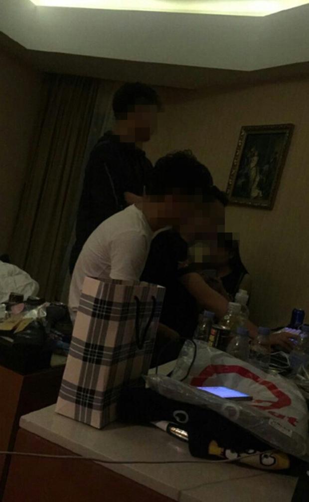 Nhóm học sinh Tiểu học cả nam lẫn nữ hồn nhiên rủ nhau vào khách sạn thuê phòng để chơi game - Ảnh 3.