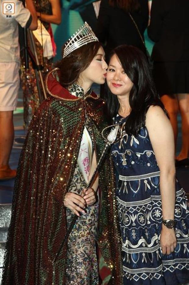Chưa kịp gây tiếng vang, Hoa hậu Hong Kong 2016 đã bị lu mờ trước vẻ trẻ đẹp của mẹ mình - Ảnh 5.