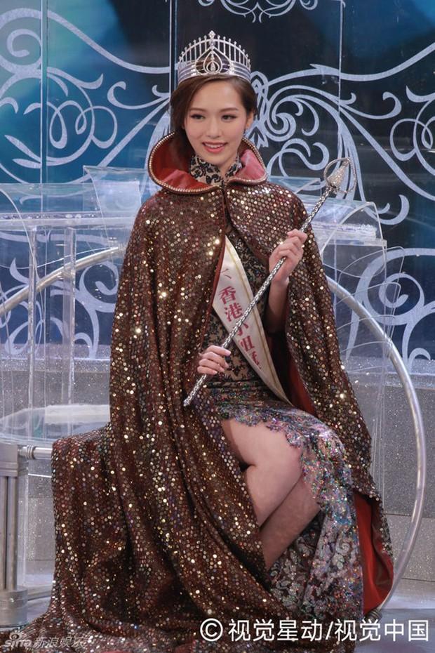 Chưa kịp gây tiếng vang, Hoa hậu Hong Kong 2016 đã bị lu mờ trước vẻ trẻ đẹp của mẹ mình - Ảnh 1.