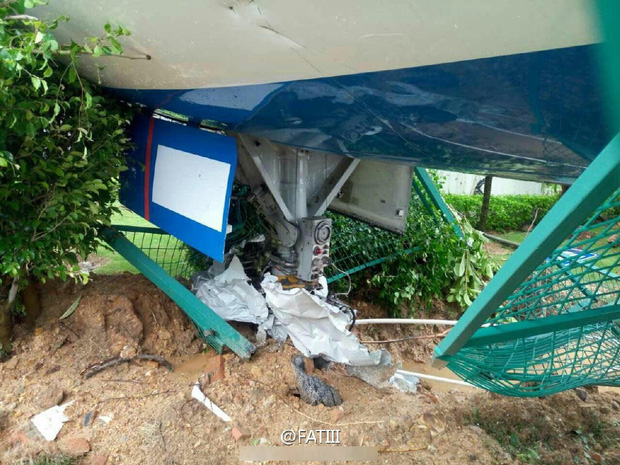Máy bay Boeing 767 bị siêu bão thổi bay khỏi đường băng - Ảnh 5.