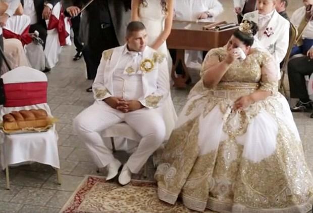 Cô dâu mặc váy hơn 5 tỷ đồng và bốc vàng ném cho quan khách trong ngày cưới - Ảnh 5.