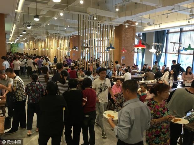 Phát hoảng với cảnh tượng người dân Trung Quốc chen lấn đi ăn buffet miễn phí - Ảnh 5.