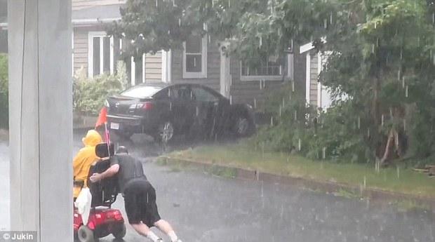 Người anh hùng dãi gió dầm mưa để giúp đỡ một người đi xe lăn gặp nạn - Ảnh 5.