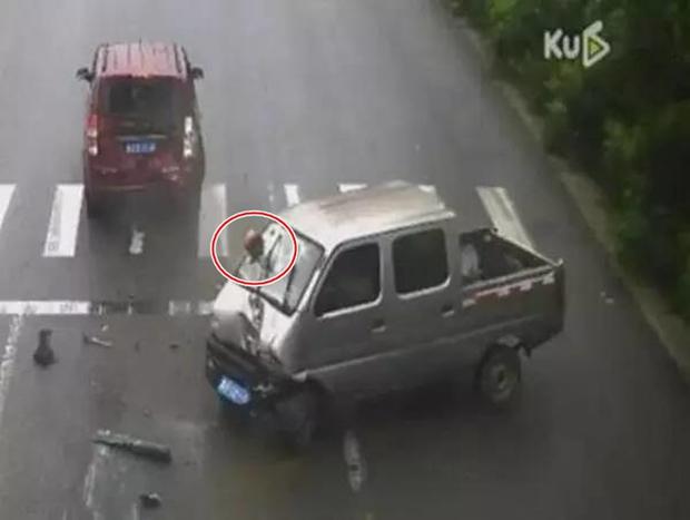 Không thắt dây an toàn khi lái xe, tài xế mắc kẹt đầu vào kính chắn gió lúc gặp tai nạn - Ảnh 5.