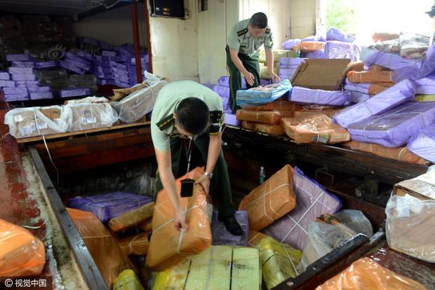 Cảnh sát Trung Quốc thu giữ gần 200 tấn thực phẩm đông lạnh bẩn ở khu vực biên giới - Ảnh 5.