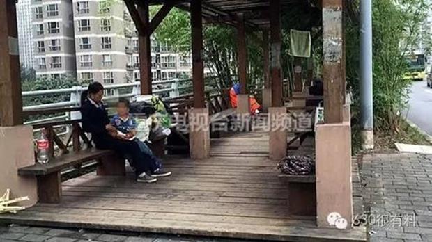 Con trai 4 tuổi nằm trong lòng mẹ hút thuốc lá, mẹ ngồi cười như không có chuyện gì - Ảnh 3.