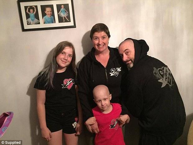 Phép màu đã đến với bé gái 7 tuổi bị ung thư trong bức ảnh sợi lông mi cuối cùng - Ảnh 4.