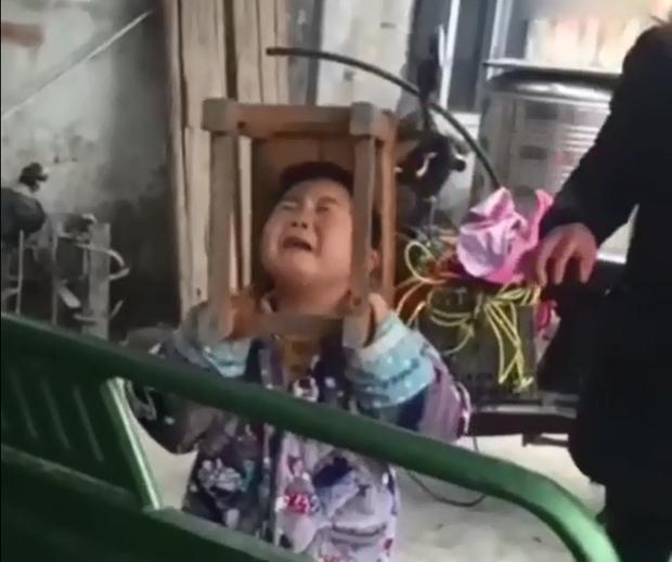 Trung Quốc: Bé trai nghịch ngợm kẹt đầu vào ghế gỗ, người lớn đứng bên cạnh cười sằng sặc - Ảnh 6.