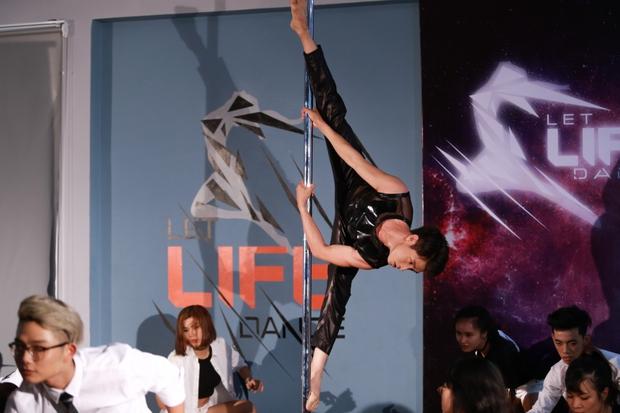 Clip: Quang Đăng múa cột trong sự reo hò cổ vũ của đồng nghiệp - Ảnh 3.