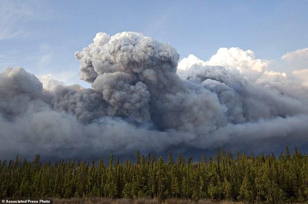Khung cảnh kinh hoàng của một trong những vụ cháy rừng tồi tệ nhất trong lịch sử Canada - Ảnh 12.