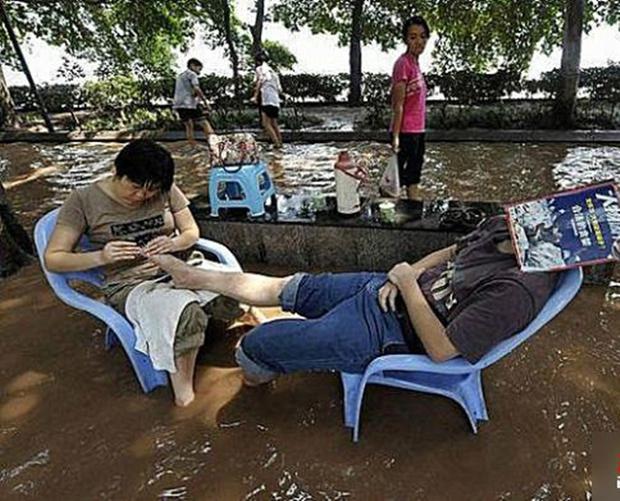 Nắng nóng kinh hoàng đã khiến người Trung Quốc thành ra như thế này đây - Ảnh 18.