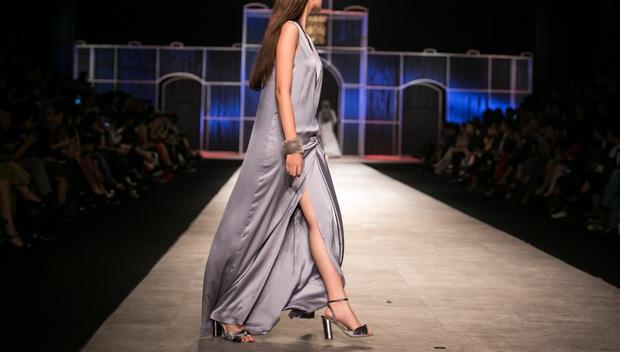 Phí Phương Anh lại xuất hiện trên sàn diễn thời trang, đọ trình catwalk cùng đàn chị - Ảnh 15.