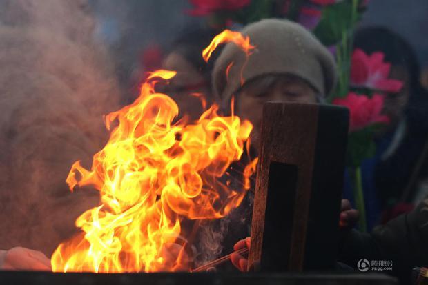 Người dân Trung Quốc chen chúc lên chùa cầu may dịp đầu năm mới - Ảnh 6.