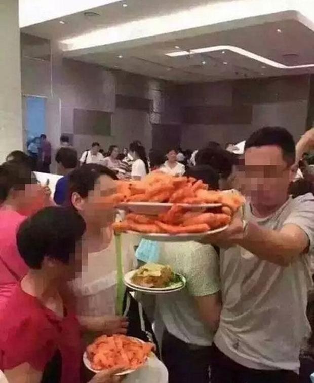 Kinh hoàng cảnh tượng du khách Trung Quốc điên cuồng tranh tôm hấp trong nhà hàng buffet ở Thái Lan - Ảnh 5.