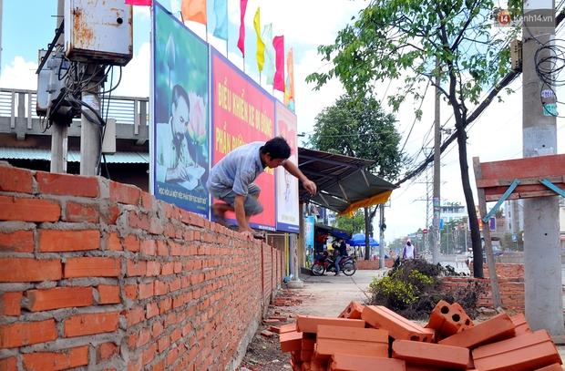 Chuyện lạ Sài Gòn: Mùa mưa về, rủ nhau xây thành lũy chắn trước nhà để... chống ngập - Ảnh 4.