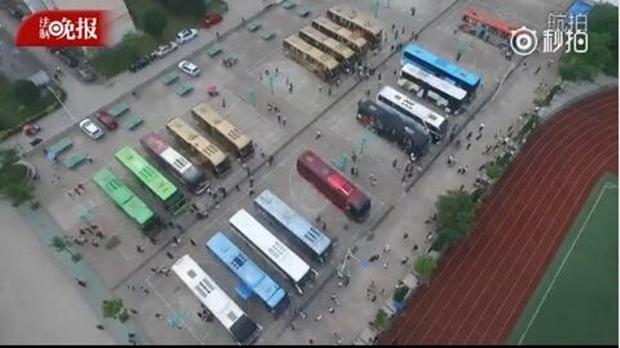 Hàng chục ngàn phụ huynh Trung Quốc tiễn con lên đường đi thi Đại học - Ảnh 3.