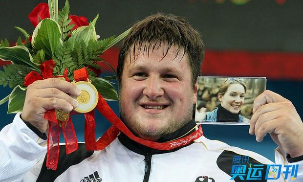 Những khoảnh khắc ngọt ngào và xúc động trên sàn đấu Olympic - Ảnh 5.