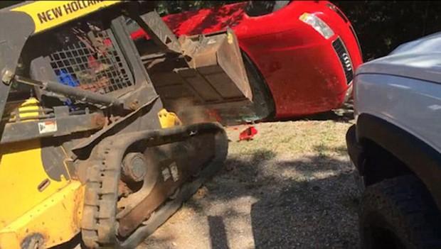 Giận con gái lén hẹn bạn trai trong xe ô tô, bố dùng xe xúc đất phá nát chiếc Audi đắt tiền - Ảnh 7.