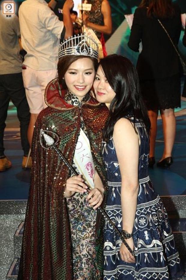 Chưa kịp gây tiếng vang, Hoa hậu Hong Kong 2016 đã bị lu mờ trước vẻ trẻ đẹp của mẹ mình - Ảnh 6.