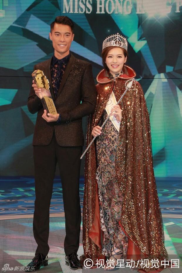 Chưa kịp gây tiếng vang, Hoa hậu Hong Kong 2016 đã bị lu mờ trước vẻ trẻ đẹp của mẹ mình - Ảnh 13.