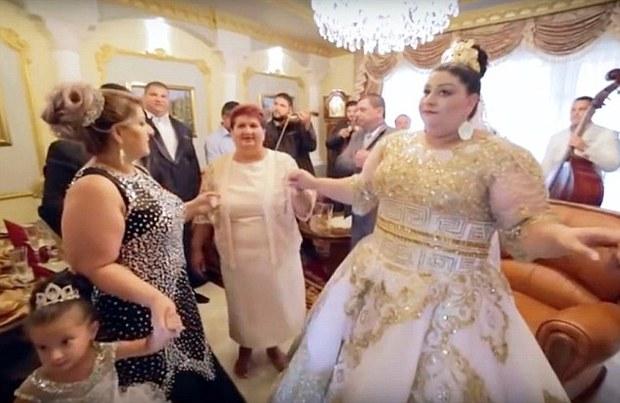 Cô dâu mặc váy hơn 5 tỷ đồng và bốc vàng ném cho quan khách trong ngày cưới - Ảnh 6.