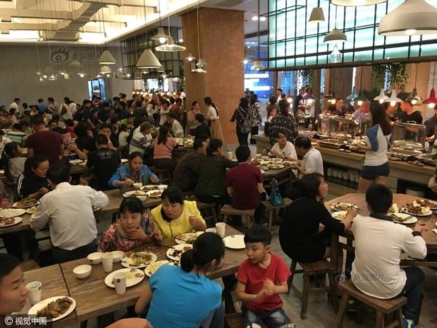 Phát hoảng với cảnh tượng người dân Trung Quốc chen lấn đi ăn buffet miễn phí - Ảnh 8.