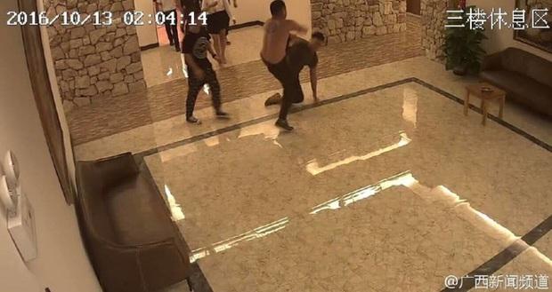 Mây mưa ầm ĩ, cặp đôi Trung Quốc bị đánh đuổi ra khỏi khách sạn - Ảnh 2.