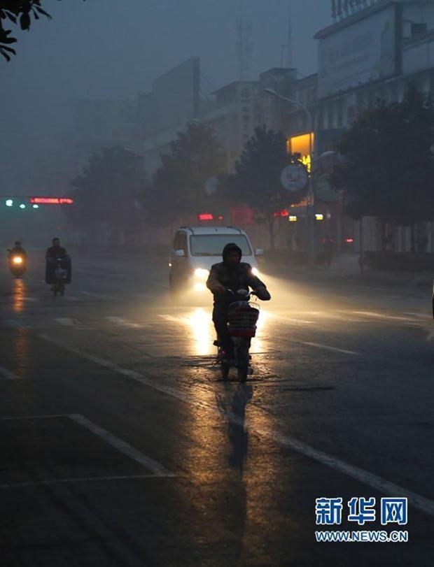 Trung Quốc: Ô nhiễm không khí tới nỗi học sinh ngồi thi ngoài sân trường khỏi cần giám thị - Ảnh 8.