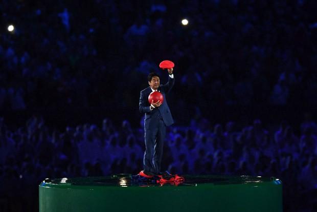 Thủ tướng Nhật Bản xuất hiện trong trang phục Super Mario tại lễ bế mạc Olympic Rio 2016 - Ảnh 3.