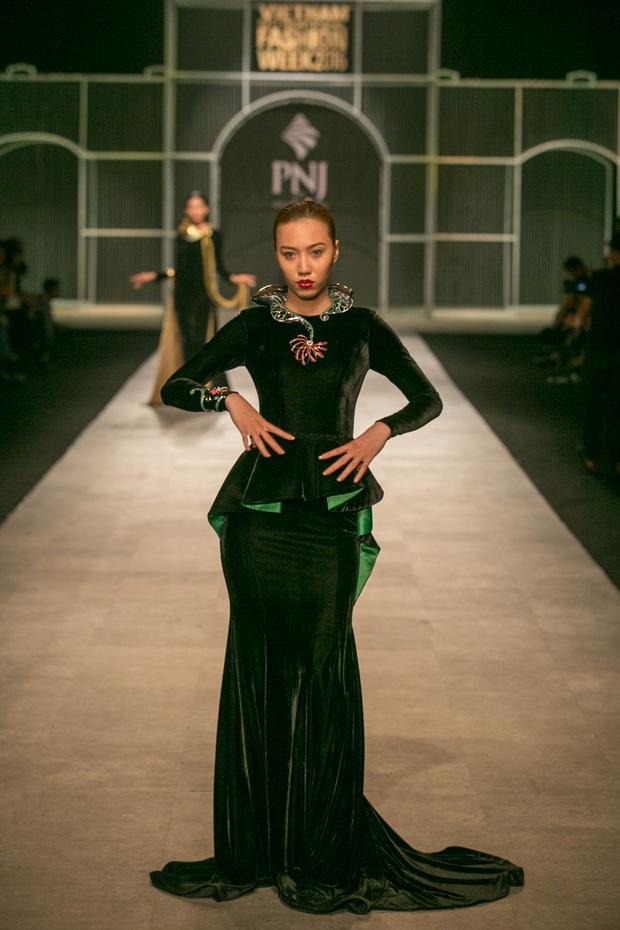 Vietnam International Fashion Week Thu Đông 2016: Nơi linh hồn Việt được thăng hoa - Ảnh 25.