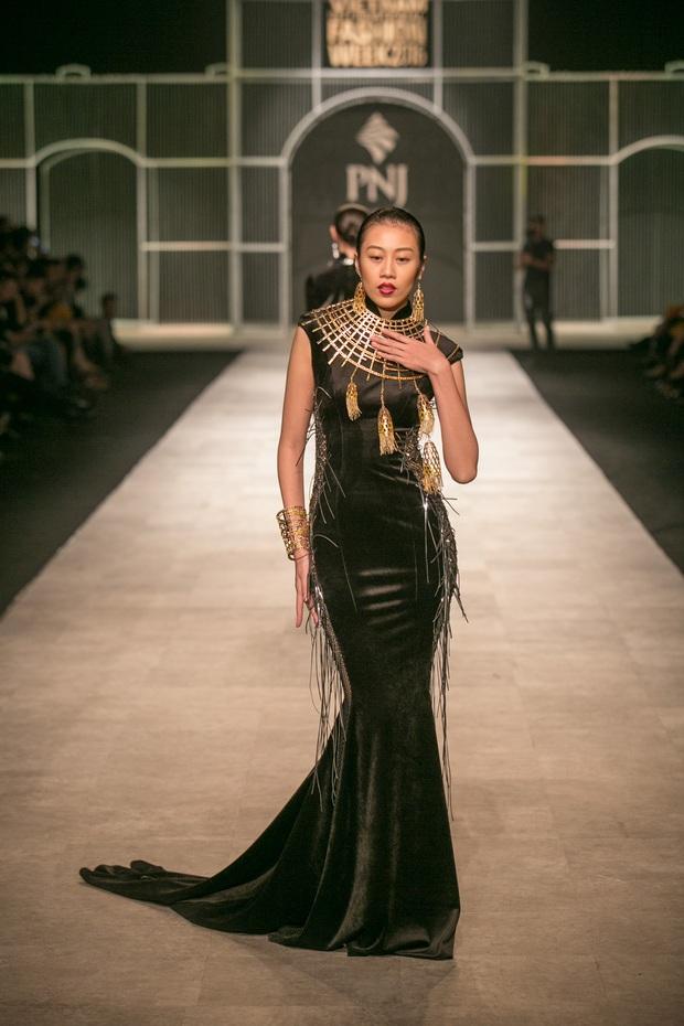 Vietnam International Fashion Week Thu Đông 2016: Nơi linh hồn Việt được thăng hoa - Ảnh 23.