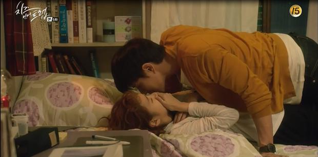 """""""Cheese In The Trap"""": Bấn loạn trước nụ hôn """"hụt"""" trên giường của Park Hae Jin - Ảnh 6."""