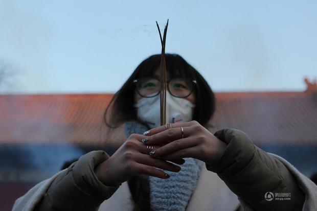 Người dân Trung Quốc chen chúc lên chùa cầu may dịp đầu năm mới - Ảnh 7.