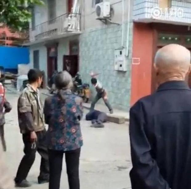 Video gây phẫn nộ: Con trai đánh bố như bổ củi giữa đường phố, người đi đường bàng quan đứng nhìn - Ảnh 4.
