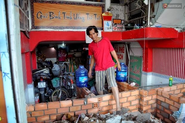 Chuyện lạ Sài Gòn: Mùa mưa về, rủ nhau xây thành lũy chắn trước nhà để... chống ngập - Ảnh 5.