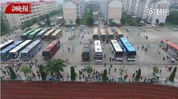Hàng chục ngàn phụ huynh Trung Quốc tiễn con lên đường đi thi Đại học - Ảnh 4.