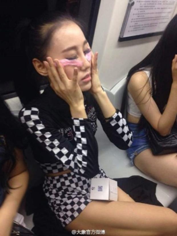 Các cô gái xinh đẹp hồn nhiên đắp bao cao su ngay giữa tàu điện ngầm - Ảnh 6.