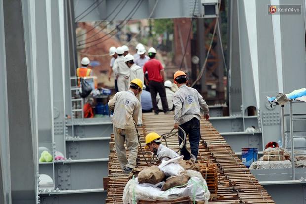 Cầu Ghềnh sắp nối nhịp đôi bờ, đường sắt Bắc Nam chuẩn bị thông tuyến - Ảnh 6.