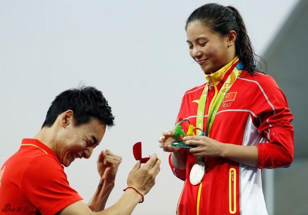 Nữ VĐV Trung Quốc xinh đẹp bật khóc khi được cầu hôn trên sàn đấu Olympic 2016 - Ảnh 6.