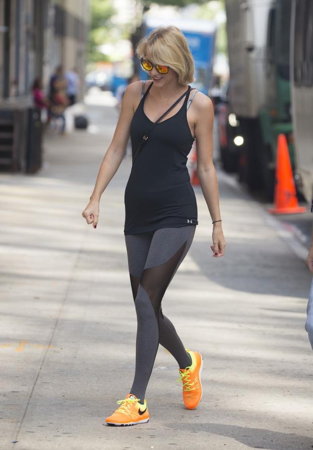 Taylor Swift vô tình lộ vùng kín trên phố vì mặc quần bó sát - Ảnh 6.