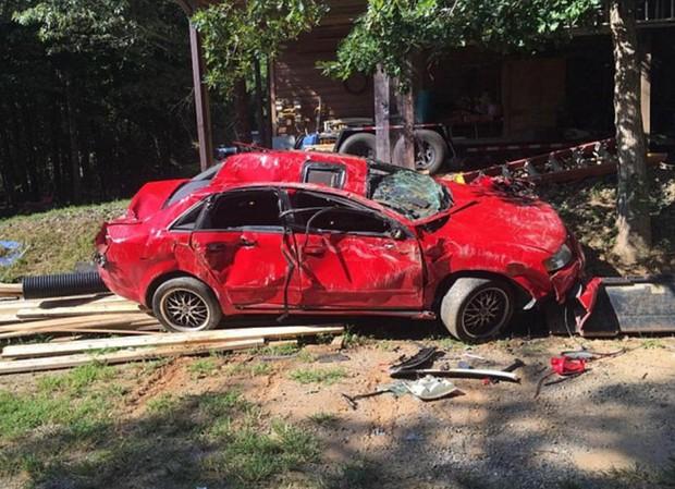 Giận con gái lén hẹn bạn trai trong xe ô tô, bố dùng xe xúc đất phá nát chiếc Audi đắt tiền - Ảnh 8.