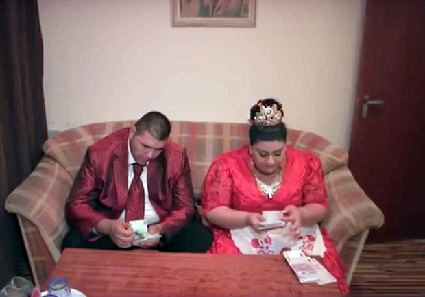 Cô dâu mặc váy hơn 5 tỷ đồng và bốc vàng ném cho quan khách trong ngày cưới - Ảnh 7.