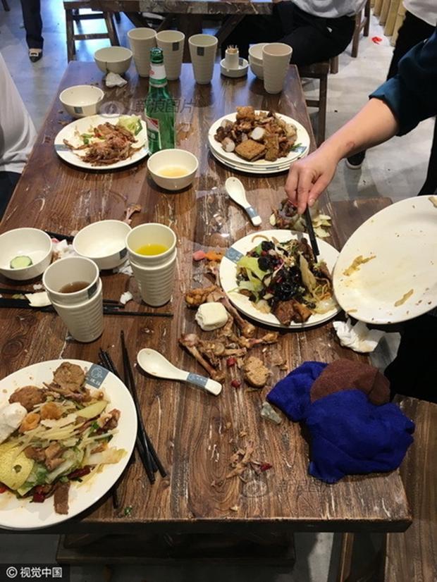 Phát hoảng với cảnh tượng người dân Trung Quốc chen lấn đi ăn buffet miễn phí - Ảnh 10.