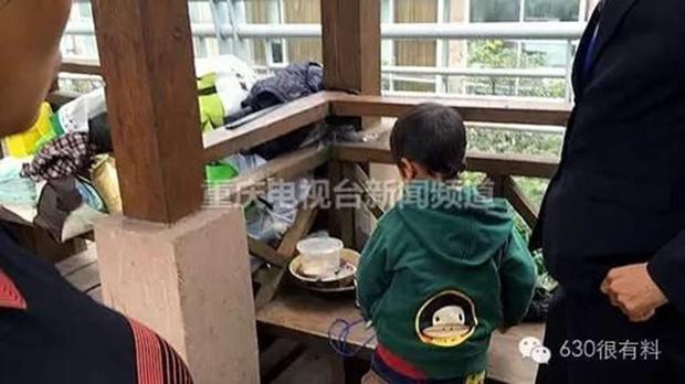 Con trai 4 tuổi nằm trong lòng mẹ hút thuốc lá, mẹ ngồi cười như không có chuyện gì - Ảnh 6.