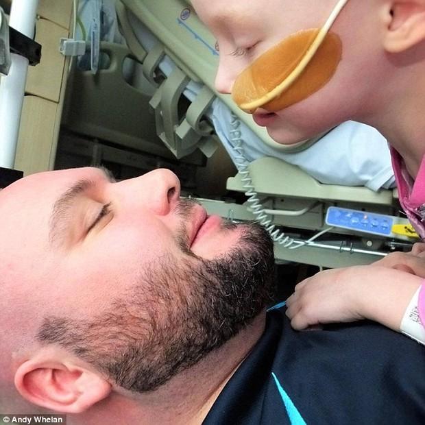 Bức ảnh bé gái 4 tuổi gồng mình chiến đấu với căn bệnh ung thư khiến ai cũng nhói lòng - Ảnh 7.