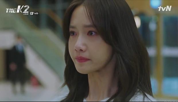 """""""K2"""": Ji Chang Wook bất lực nhìn Yoona bị kẻ thù bắt cóc - Ảnh 6."""