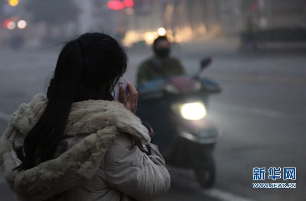Trung Quốc: Ô nhiễm không khí tới nỗi học sinh ngồi thi ngoài sân trường khỏi cần giám thị - Ảnh 9.