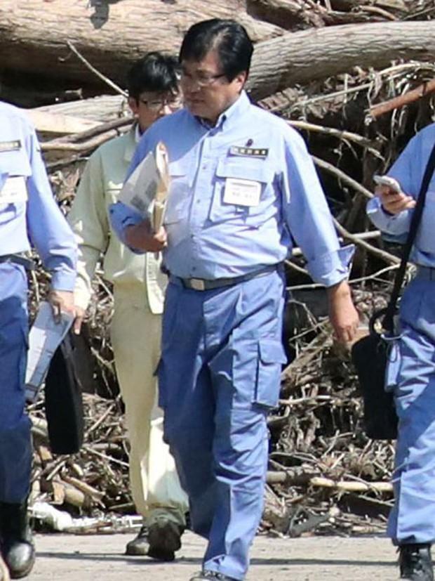 Được cõng qua vũng nước, thứ trưởng Nhật Bản phải cúi đầu xin lỗi toàn thể người dân - Ảnh 2.