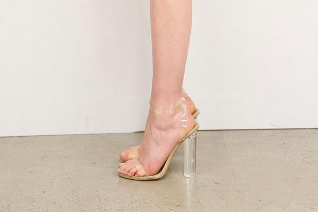 Nhìn bức hình này, chắc sẽ chẳng ai dám đi giày cao gót do Kanye West thiết kế nữa - Ảnh 4.