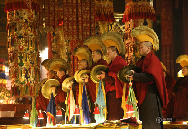 Người dân Trung Quốc chen chúc lên chùa cầu may dịp đầu năm mới - Ảnh 3.